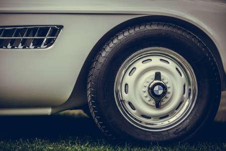 Mandello del Lario, Italia - 26 de mayo de 1019: editorial ilustrativa primer plano del logotipo de BMW en un coche de época. BMW es un fabricante de vehículos alemán.