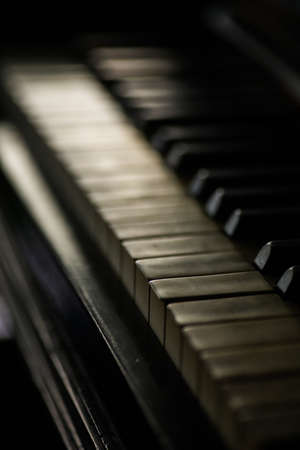 Close up shot of an old piano keyboard, with shallow depth of field. Foto de archivo