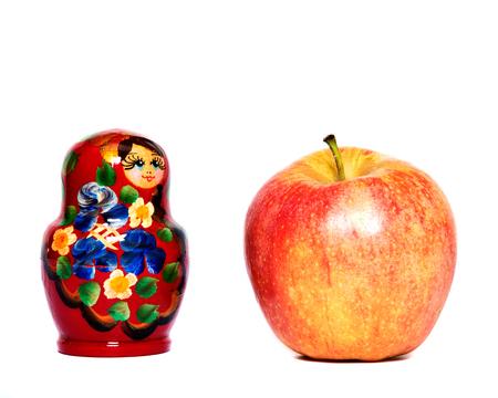 Russische Puppe, Matrjoschka und roten Apfel Standard-Bild - 51160194