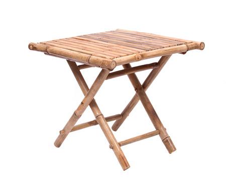 흰색 배경에 고립 된 자연 대나무 접는 테이블