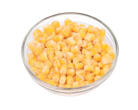 Orgánico congelado corte de maíz super dulce en un recipiente aislado en fondo blanco Foto de archivo - 65616342
