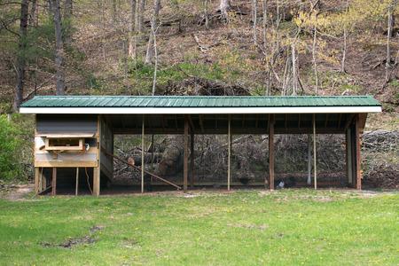 Large run barn style custom chicken coop plant Stockfoto
