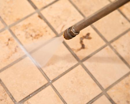 Marmeren vloer en grondige krachtige drukwasreiniging