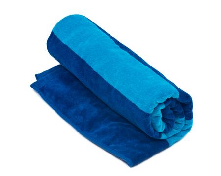 Azul bicolor toalla de playa de algodón aisladas sobre fondo blanco Foto de archivo - 83332730
