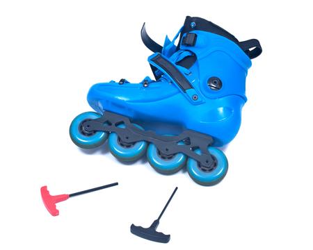 Rollos de patines azules con la llave allen aislada en el fondo blanco Foto de archivo - 88041484