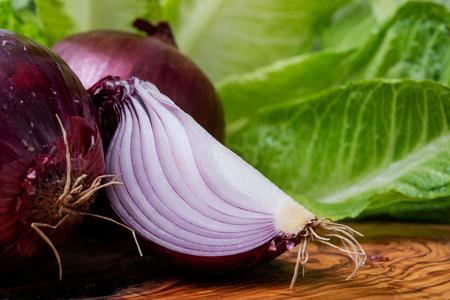 Organic Red Onions arranged on natural olive wood. Allium Cepa. 版權商用圖片