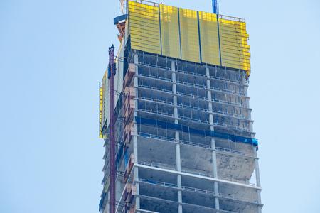Nouvelle construction de bâtiments au centre-ville de grande ville avec une énorme grue