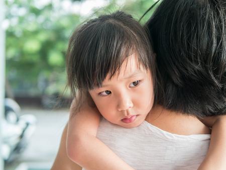 그녀의 어머니, 졸려 포옹 아시아 아기 소녀 스톡 콘텐츠