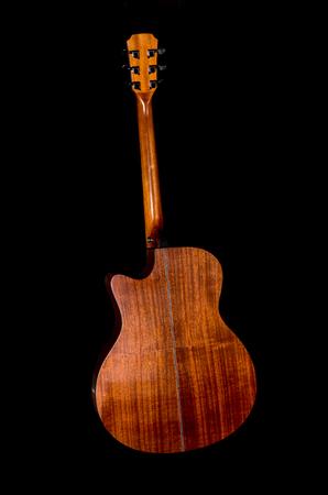 caoba: Parte posterior de la guitarra acústica en el fondo negro