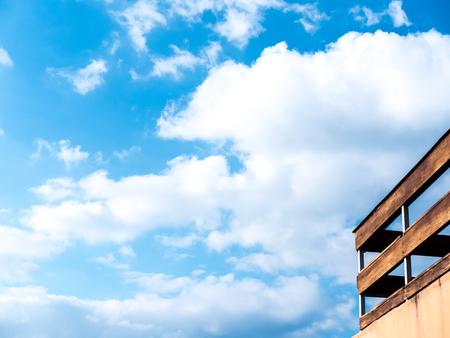 blauer Himmel Wolke mit alten Terrasse Fench Standard-Bild
