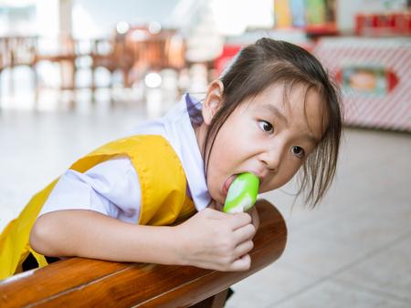 여름에는 아이스크림을 먹는 아시아 소녀
