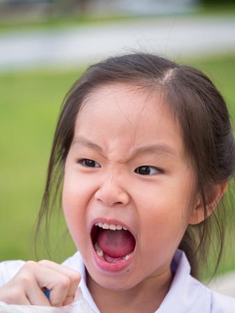 아시아 소녀 화가, 머리 총 조성을 느낀다.