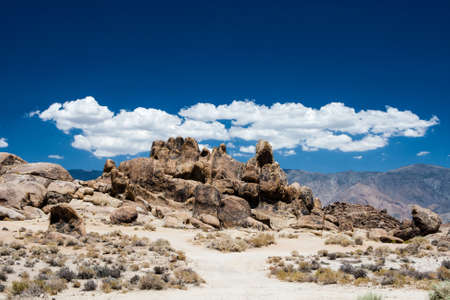 owens valley: Alabama Hills are a range of hills and rock formations near the eastern slope of the Sierra Nevada Mountains in the Owens Valley, west of Lone Pine in Inyo County, California. Though geographically-considered a range of hills, geologically They are a part Stock Photo