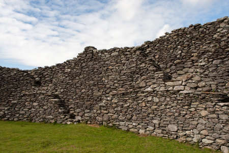 archaeologically: Staigue Fort is a ring fort in the south of the Iveragh Peninsula, which is surrounded by the Ring of Kerry. It belongs in County Donegal to the bestrestaurierten. The circular wall is up to 5.5 m high and up to 4 m thick. The diameter of the plant is