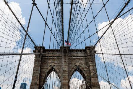 De Brooklyn Bridge is een brug in New York City en is een van de oudste hangbruggen in de Verenigde Staten. Voltooid in 1883, verbindt de gemeenten Manhattan en Brooklyn
