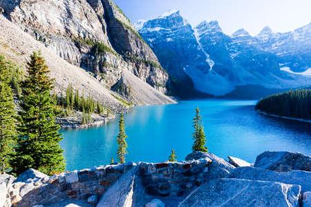 Moraine Lake is een glacially-gevoed meer in Banff National Park, 14 kilometer buiten het dorp van Lake Louise, Alberta, Canada. Het is gelegen in de Vallei van de Tien Pieken, op een hoogte van ongeveer 1885 meter. Stockfoto