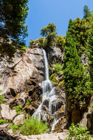 Grizzly Falls is probably the most attractive waterfall on a typical tour into the Cedar Grove section of Sequoia National Forest near Kings Canyon National Park. Banco de Imagens