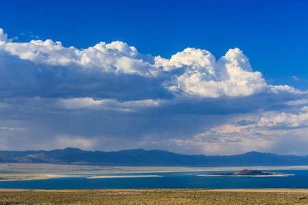 モノラル湖はモノラル郡、カリフォルニア州内陸盆地におけるターミナル湖として少なくとも 760,000 年前に形成で大きく、浅い生理食塩水ソーダ湖