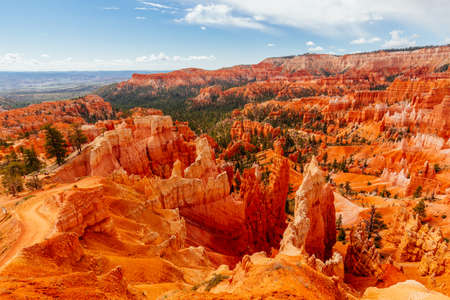 Bryce Canyon is a collection of natural amphitheaters aside of the Paunsaugunt Plateau. Bryce is distinctive due to geological structures called hoodoos, formed by frost weathering and stream erosion. Imagens