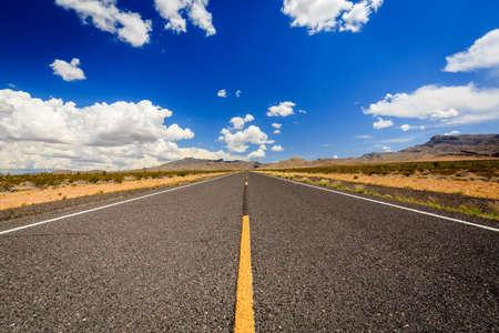 카운티 고속도로 91Littlefield, AZ 86432, 미국. 애리조나 사막에서 끝없는로.