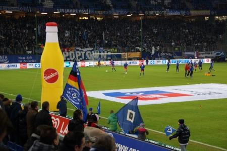 hsv: Flag bearer with flags of the Hamburger Sportverein HSV