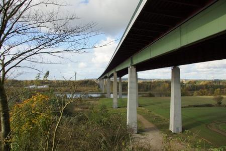 Het Rader-viaduct met de snelweg A7 erop nabij Rendsburg over het kanaal van Kiel Stockfoto
