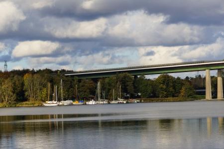 De Rader viaduct met de snelweg A7 op het in de buurt Rendsburg over het kanaal van Kiel Redactioneel