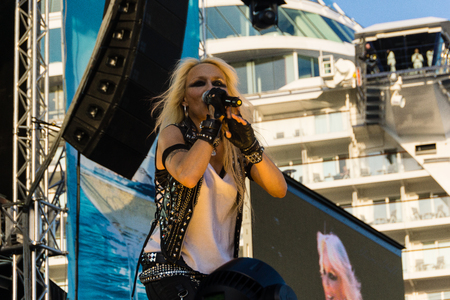 headbanging: Kiel, Germany. 5th June, 2015. The musicians Skyline feat. Doro are performing at the christening of the TUI Ship Mein Schiff 4 and Metalhead are head-banging © Björn DeutschmannAlamy Live News