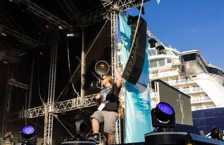 """feat: Kiel, Alemania. 5 de junio de 2015. Los m�sicos haza�a Skyline. Doro est�n realizando en el bautizo de la TUI Ship """"Mein Schiff 4"""" y Metalhead son cabeza golpeando � Bj�rn Deutschmann  Alamy Live News Editorial"""