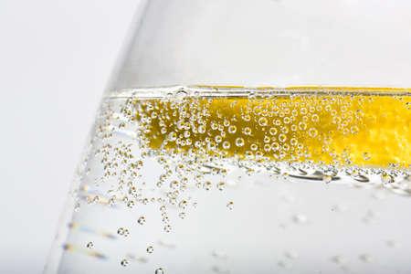 fr�chte in wasser: Quater Glas G & T mit Zitrone und Blasen Lizenzfreie Bilder