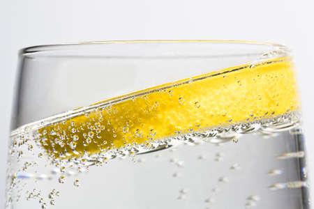 G & T con bolle e inclinata di limone