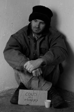 homeless: Hombre sin hogar mendicidad en la calle