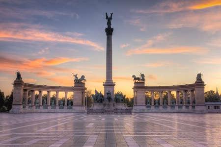 amanecer sobre el monumento de la Plaza de los héroes en Hungría Budapest