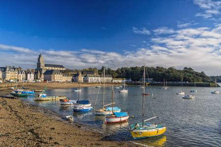 st malo: Imbarcazioni da diporto ormeggiate sul lungomare di Porto Des Sablon a St Malo Francia Editoriali
