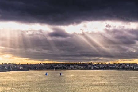 st malo: Vela sotto un cielo drammatico con i raggi crepuscolari nel Port des Sablons, St Malo Francia