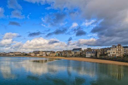st malo: Nuvole riflette nel mare al Porto Des Sablons a St Malo Francia