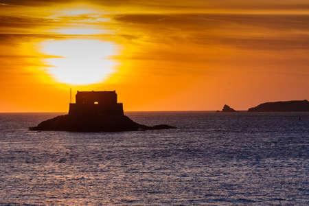st malo: Sole al tramonto Little Be Fort a St Malo Francia Archivio Fotografico