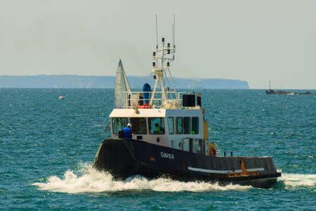 st malo: Rimorchiatore in mare nella baia di St Malo in Francia