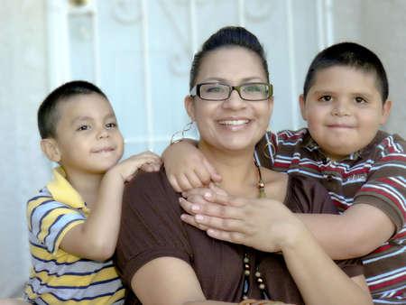 ni�os latinos: Joven madre e hijos Foto de archivo