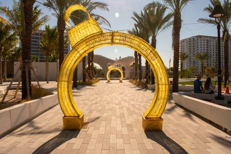 A Shot of Christmas Tree Ornament Arches on a Sunny Day With Palm Trees Banque d'images - 138449935