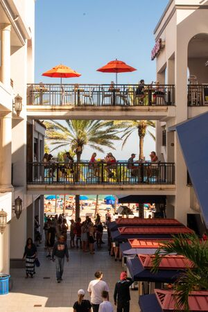 A Shot of Walkways in an Outdoor Mall With the Beach and Palm Trees in the Background Reklamní fotografie