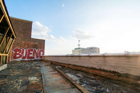 A Rooftop View on top of an Abandoned Building With a Graffiti Tag That Says Bueno 版權商用圖片 - 152374033