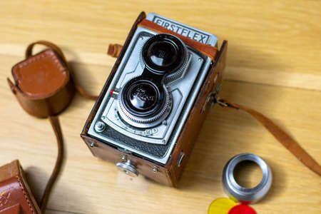 December 6, 2020 - Elkins Park, PA: A Vintage 1950s Firstflex Camera With Color Filters Next to It 新聞圖片