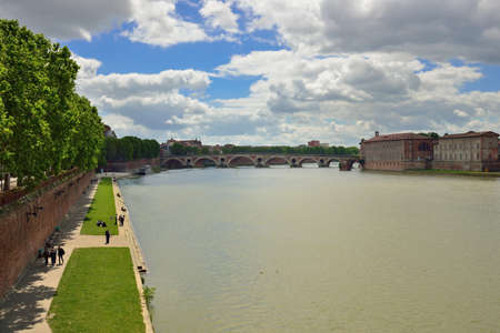 daurade: Ultra-wide angle shot of le Pont-Neuf, an old bridge in Toulouse, France and view of quais de la Daurade Editorial