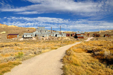 bodie: Mill and houses in Bodie State Historic Park. Bodie is a vey well preserved ghost town in California, USA
