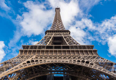 bellow: Tour Eiffel desde abajo, Par�s, Francia Foto de archivo