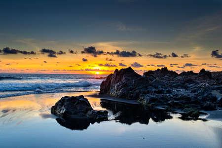 Wilde strand en lava rotsen bij zonsondergang in la Reunion eiland