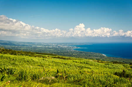 Campo de caña de azúcar y de la costa en la isla de La Reunion Foto de archivo - 27639970