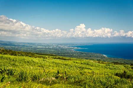 Suikerriet gebied en de kust in la Reunion eiland Stockfoto