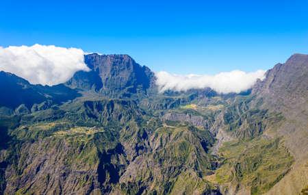 cirque: Vista del Cirque de Mafate con nuvole dalla Maido, Reunion Island, Francia